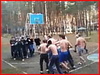 24人の殴り合い。強そうなロシア人たちのポコポコ合戦。これは何の戦いだ