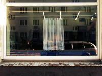 これはシュールwwwww狭いカーテンで完全ガードしてくれるシステムが凄いw