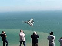 低空飛行するバルカンXH558号機の美しいビデオ。イーストボーン航空ショー