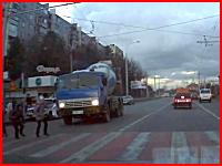 生コン車が横断歩道上の少年をひき殺してしまうショッキングなドラレコ動画。