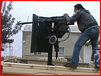 MAZDAのトラックから機銃発射していた反乱軍兵士がヘッドショットされる。