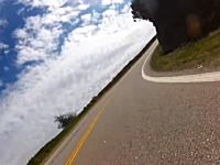 撮影する為に反対車線を走っていたFJクルーザーがバイクを殺しかける。