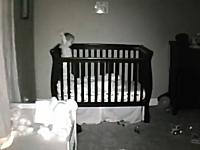 赤ちゃんの部屋にカメラを設置したら不思議な一人遊びをしていた。ほのぼの。
