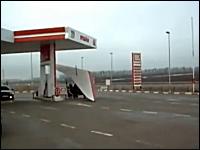 フリーダムすぎるロシア人。ガソリンスタンドで給油してそのまま飛び立ったw