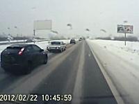 シュールなジコジコ動画。車線変更してきた車がそのまま消えていったwww