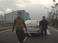 DQN動画。クラクション鳴らしたら目の前ブンブン&バット男が登場www