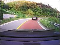 韓国のドラレコ動画。正面衝突の瞬間を2つ。峠ガッシャンと高速ガッシャン