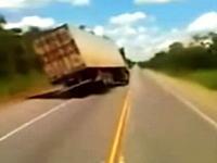 大型トラックが蛇行運転すぎて片輪走行になっているおそロシアン動画。