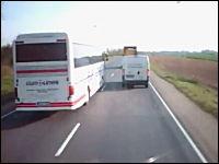 大型バスの危険なハミ出し追い抜き。対向車がきてギリギリなひやっと動画。