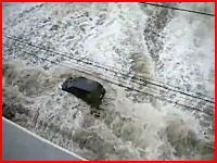 目の前で走っていた車が大津波に飲み込まれてしまう瞬間。宮城県塩竈市