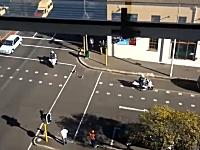 ほのぼの。警察のバイクに前後を護衛されながら道路を歩くアヒルの親子。