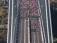 人間多すぎ動画。橋の向こう側から45000人が一斉に走ってくるムービー