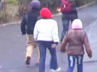 大胆にも背負っているリュックから財布を盗むルーマニアの少年窃盗団