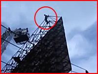 鉄骨に登った自殺志願者が飛び降りてしまう瞬間。ショッキング映像再生注意