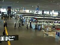 地震発生時の成田空港。お客さんよりも先に逃げる従業員が非難されているけど