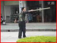 中国。強盗vs警察官動画。間近から拳銃を発砲するもまったく怯まない強盗