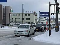 なんかちょっと笑える。凸凹に凍ってしまった雪で悪路すぎるwww石川県。