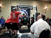 重量挙げで457kgに挑戦した男性が力みながら嘔吐し、意識を失って倒れる