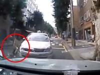韓国で美脚お姉さんが角を曲がってきたタクシーにモロに轢かれてしまう瞬間