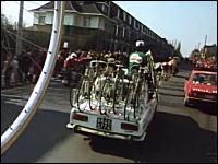 サポートカーも必死www自転車ロードレースなのに「自動車」が熱い件
