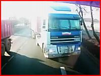 大型トレーラーは急には止まれない。トレーラー同士の正面衝突の瞬間。