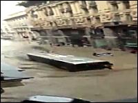 イタリアのバスwwwww洪水の中、完全に水没状態で突き進むバスwwwww