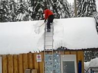 ナイス着地。屋根に積もった雪を下ろしていたら突然雪崩って回転着地。