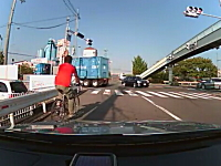 ワルそうなトヨタとスクーターが接触。そこに自転車の兄ちゃんが・・・。事故