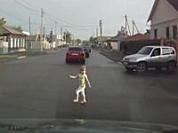 これは危ない焦る。お母さんが目を離したすきに道路に飛び出した少女。