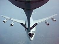 NATOの早期警戒管制機が空中給油に失敗してあわや大惨事というシーン