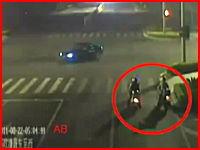 信号待ちをしていたバイクの3人組が犠牲になってしまう事故の瞬間。中国