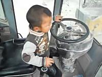 タイヤショベルの運転操作を完璧にマスターした5歳児のビデオ。中国。