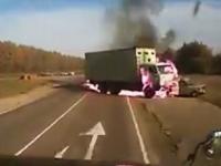 正面衝突した瞬間に炎上。中の人はどうなった?(@_@;)ロシアの事故動画