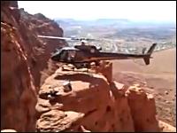 燕レスキュー牧さんの海外版!?難しい岩場に着陸する救難ヘリコプター