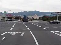 大型トレーラーは急に止まれない。大きな道路でUターンしてくる車にびっくり