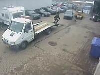 何がおきたwww積載車に載せようとした車が急発進してドーンな事故動画。