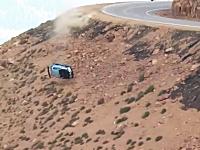 コーナーを曲がりきれず崖からぶっ飛ぶ三菱エボリューション。パイクスピーク