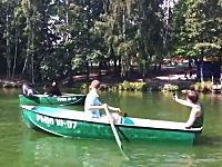 ロシア動画。これは酷いwww公園の池に現れた海賊がカップルを襲うwww