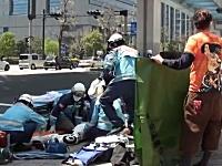 生々しい事故の現場。台場一丁目交差点で高級オープンカーとバイクが衝突