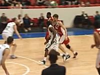バスケットボールの試合でワロタwwwなぜパスを出したwww頭抱えたwww