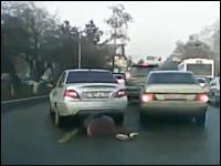 「車に引きずられて●●メートル逃走」ってこんな感じだったんだろうなという事故