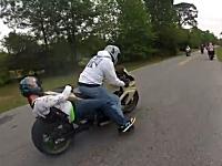 バイクの後部座席から滑り落ちてシートとタイヤの間に挟まれてしまった女子