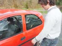 ウッソー!?という車の中に鍵を忘れてしまった時の対処方法