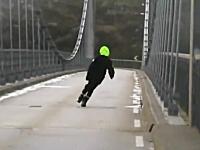 渡るのか。強風でグニャってる吊り橋を渡るクルマ。もう通行止めにしろよww