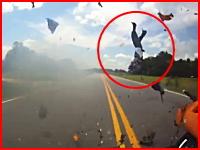 右折車を避けきれなかったカワサキ乗りが追突してぶっ飛ぶ恐ろしい事故