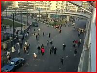 【エジプト】デモ参加者を容赦なく跳ね飛ばしていく警察車両。これは酷い。