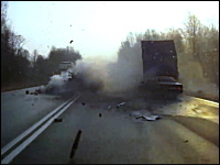 これは死んだかも?対向車線にはみ出した車がトラックと正面衝突木端微塵