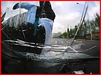 韓国でオサレな帽子を被った男性が車に激しく跳ね飛ばされてしまう映像。