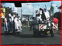 これは色々と酷い横転事故の瞬間。荷台に20人以上!?過積載すぎ酷い。