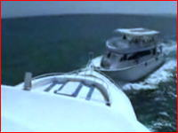 カメラが捉えた決定的瞬間!海でクルーザーどうしが衝突する瞬間
